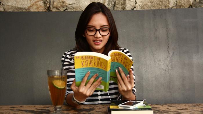 hobi baca novel