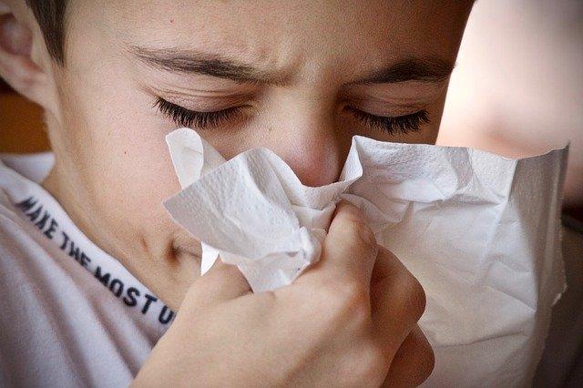 Menutup mulut saat batuk atau bersin